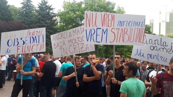 Тысячи сторонников Демпартии окружили здание парламента